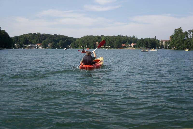 Kajakować w jeziorze w lecie obraz royalty free