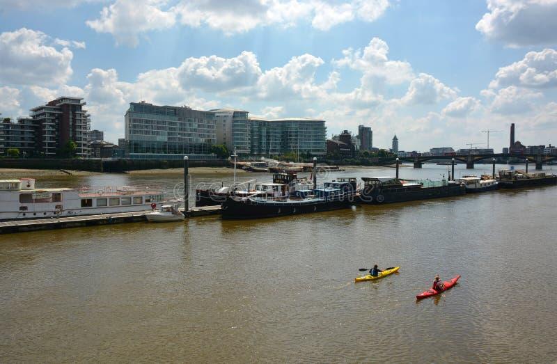 Kajakować wzdłuż Rzecznego Thames Londyn zdjęcie stock