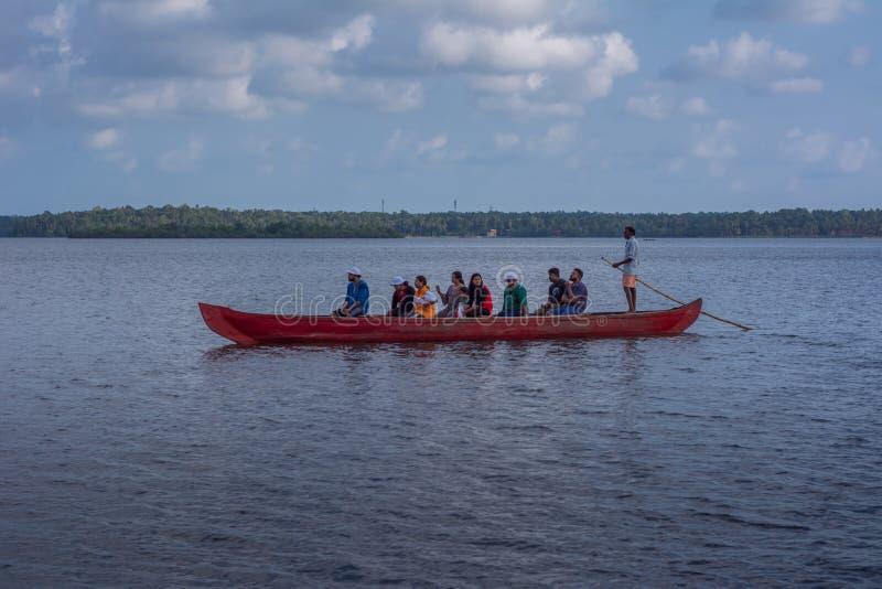 Kajakowa przeja?d?ka w Ashtamudi jeziorze zdjęcia royalty free