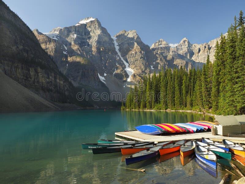 Kajakowy Do wynajęcia dok przy Morena jeziorem, Banff prowincjonału park obraz royalty free