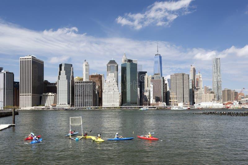 Kajakowy polo w wschodnim rzecznym nowym York mieście z niskim Manhattan skyl fotografia stock