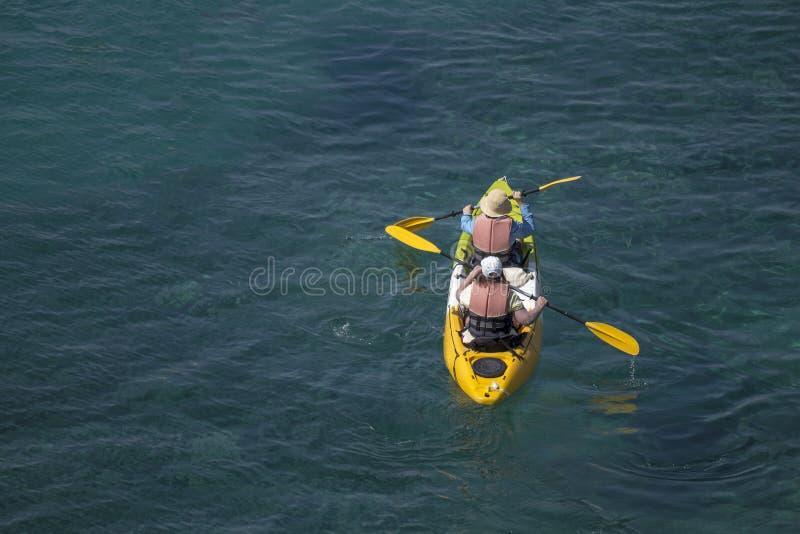 Kajakpaddel und blaues Meer lizenzfreies stockbild