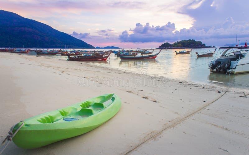 Kajakparkeren op het strand bij Lipe-eiland tijdens zonsondergang royalty-vrije stock foto's