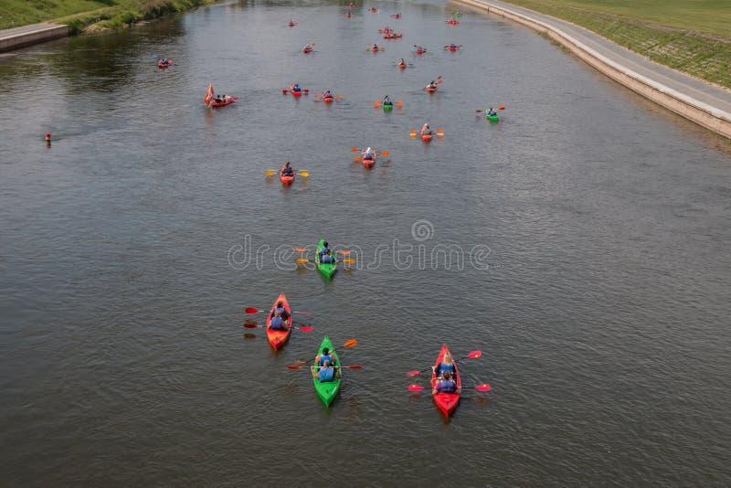 Kajakreise auf dem Fluss lizenzfreies stockfoto