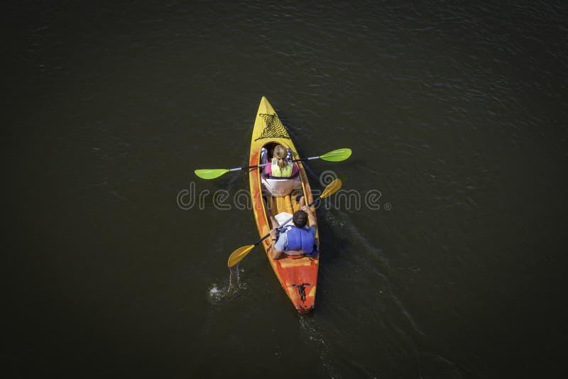 Kajakreise auf dem Fluss lizenzfreie stockbilder