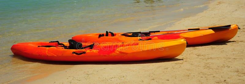 Kajaks auf dem Strand lizenzfreie stockfotografie