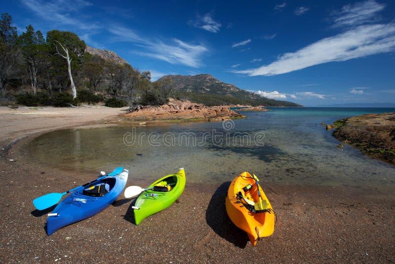 Kajaks auf Strand an der Flitterwochen-Bucht stockfotografie