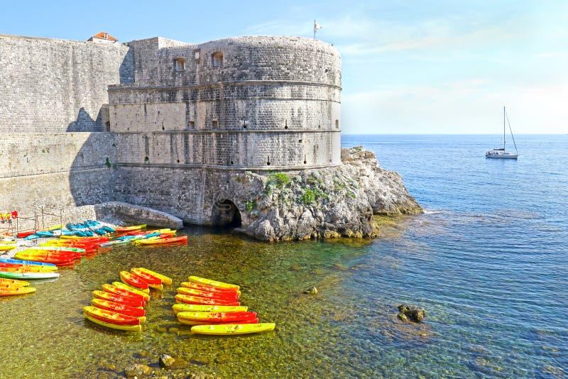 Kajaks bij Kolorina-strand, Oude Stad, Stadsmuur op de achtergrond Dubrovnik, Kroati? royalty-vrije stock foto