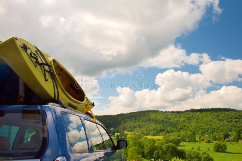 Kajaks cargados en el coche - horizontal imagen de archivo