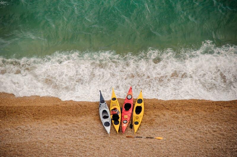 Kajaks coloridos en la playa arenosa fotografía de archivo libre de regalías