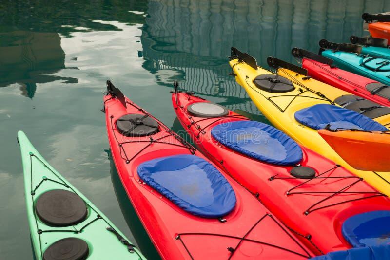 Kajaks en el flotador múltiple Marine Harbor del color imagen de archivo libre de regalías