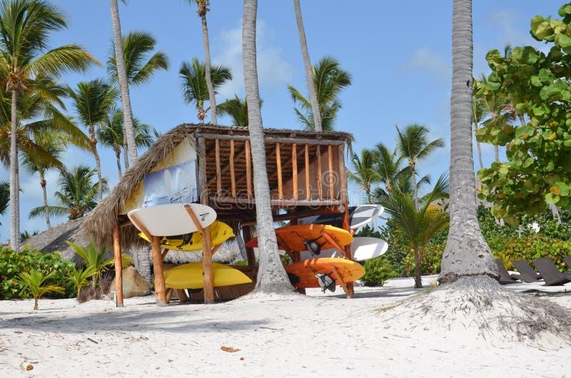 Kajaks en kano's op het strand in de Dominicaanse Republiek royalty-vrije stock afbeeldingen