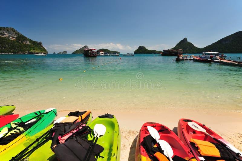 Kajaks en una playa hermosa imagenes de archivo