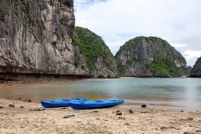 Kajaks in Ha lange baai royalty-vrije stock fotografie