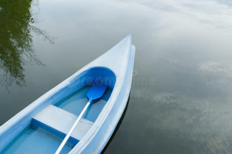 Kajaks im See, buntes Plastikboot stockbilder