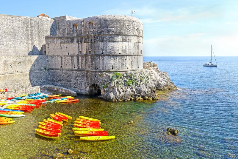 Kajaks an Kolorina-Strand, alte Stadt, Stadtmauer im Hintergrund Dubrovnik, Kroatien lizenzfreies stockfoto