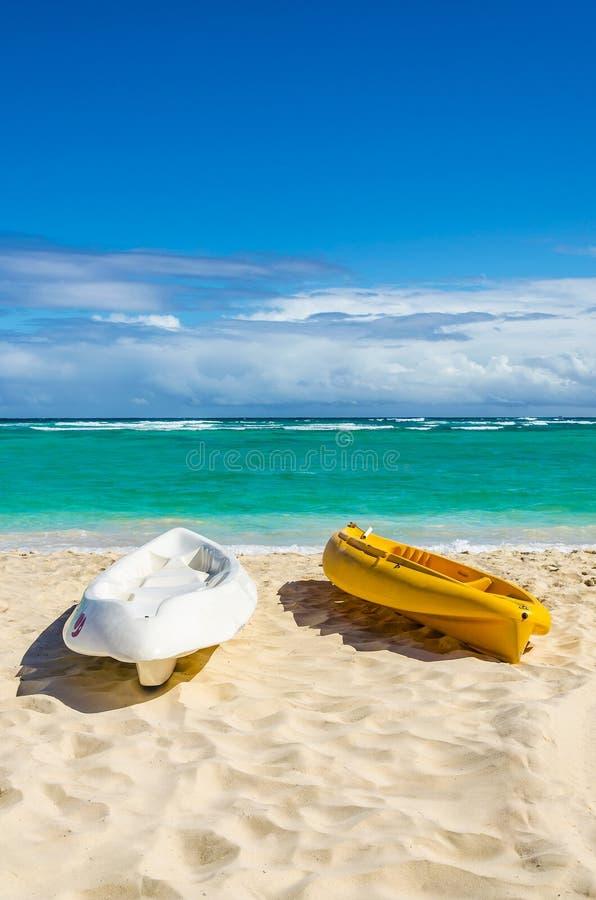 Kajaks op het mooie zandige Caraïbische strand royalty-vrije stock afbeelding