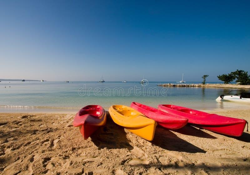 Kajaks op strand stock afbeeldingen
