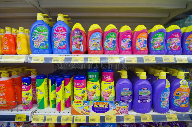 KAJANG, MALÁSIA - 28 DE MAIO DE 2019: Prateleiras com vários cabelos e produtos de creche expostos no supermercado imagem de stock royalty free