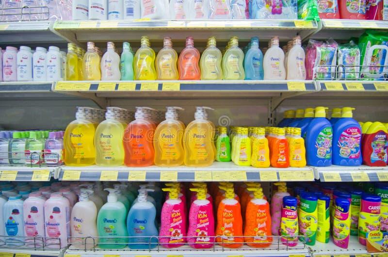 KAJANG, MALÁSIA - 28 DE MAIO DE 2019: Prateleiras com vários cabelos e produtos de creche expostos no supermercado imagens de stock royalty free