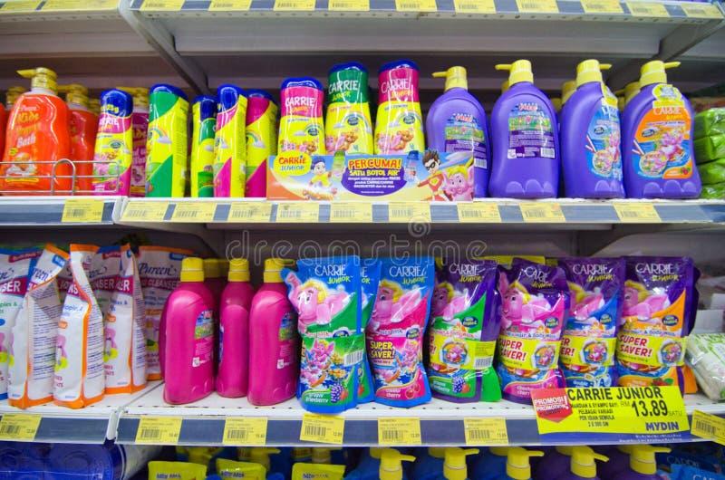 KAJANG, MALAISIE - 28 MAI 2019 : Les étagères avec une variété de produits de coiffure et de soins du corps s'affichent dans les  photographie stock libre de droits