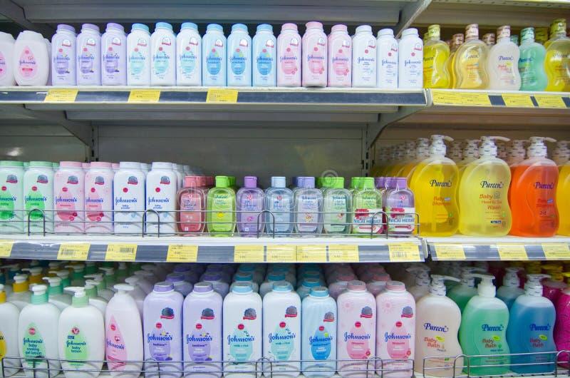 KAJANG, MALAISIE - 28 MAI 2019 : Les étagères avec une variété de produits de coiffure et de soins du corps s'affichent dans les  photographie stock