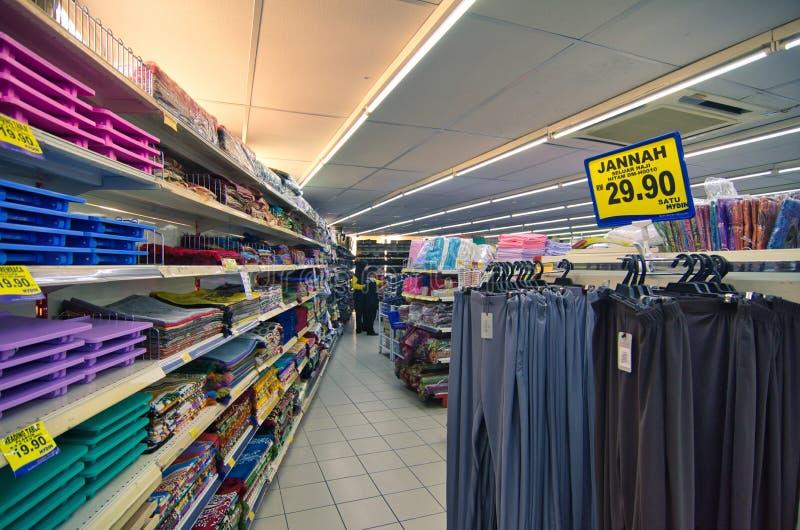 KAJANG, MALAISIE-28 MAI 2019 : Variété d'étalage de viande de repos et de tapis de prière sur l'étagère à vendre au supermarché photos stock