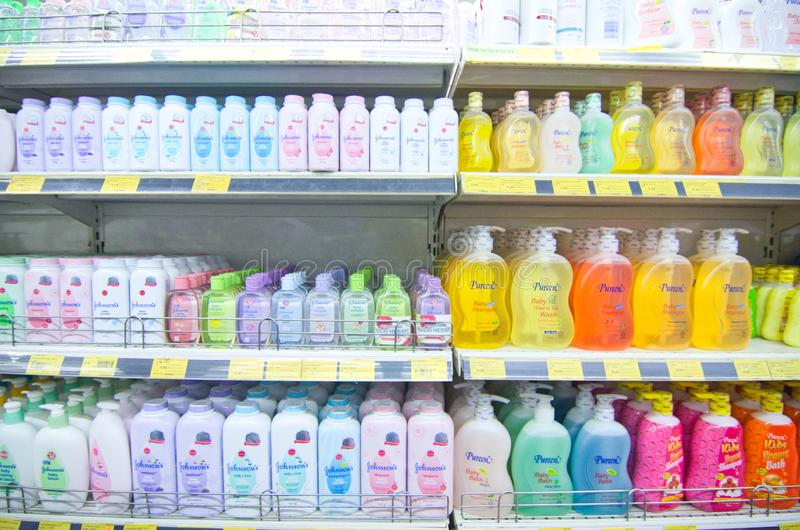 KAJANG, MALASIA - 28 DE MAYO DE 2019: Estantes con variedad de productos para el cabello y el cuidado del cuerpo en el supermerca imagen de archivo
