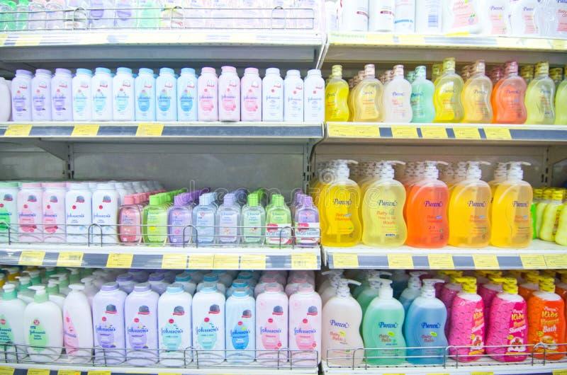 KAJANG, MALAYSIA - 28 MEI 2019: Schudplanken met verschillende haar- en lichaamsverzorgingsproducten in supermarkten stock afbeelding