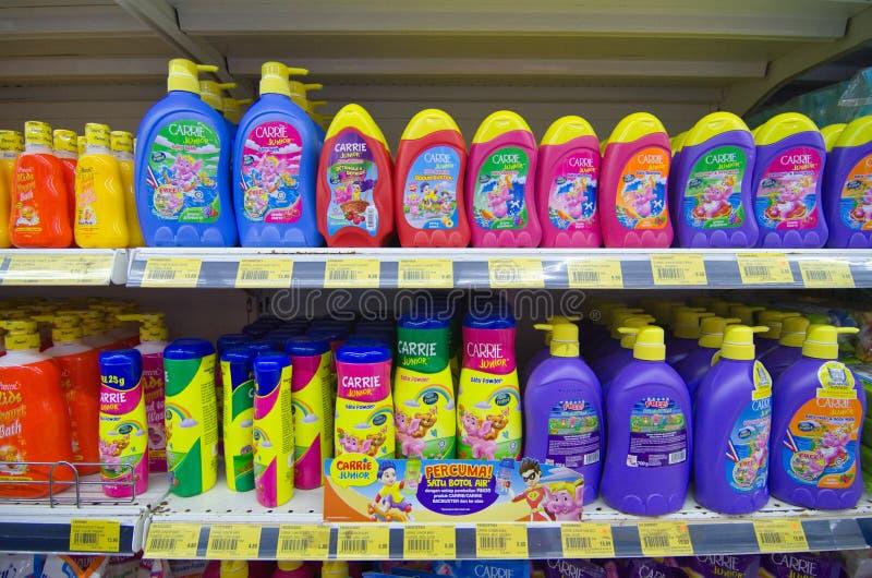 KAJANG, MALAYSIA - 28 MEI 2019: Schudplanken met verschillende haar- en lichaamsverzorgingsproducten in supermarkten royalty-vrije stock afbeelding