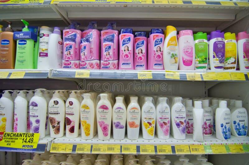 KAJANG, MALAYSIA - 28 MEI 2019: Schudplanken met verschillende haar- en lichaamsverzorgingsproducten in supermarkten royalty-vrije stock afbeeldingen