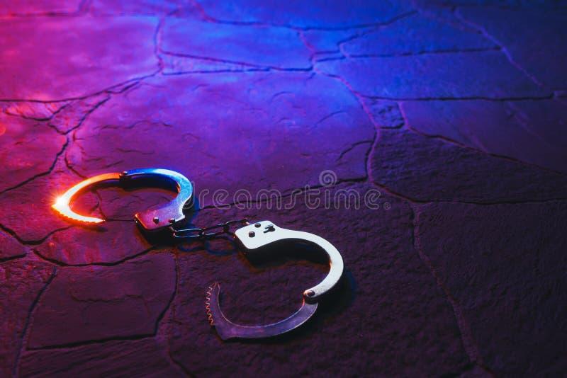 Kajdanki na podłodze przy nocą obraz stock