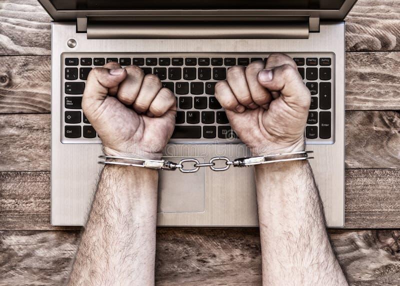 Kajdanowe ręki z laptopem obrazy stock