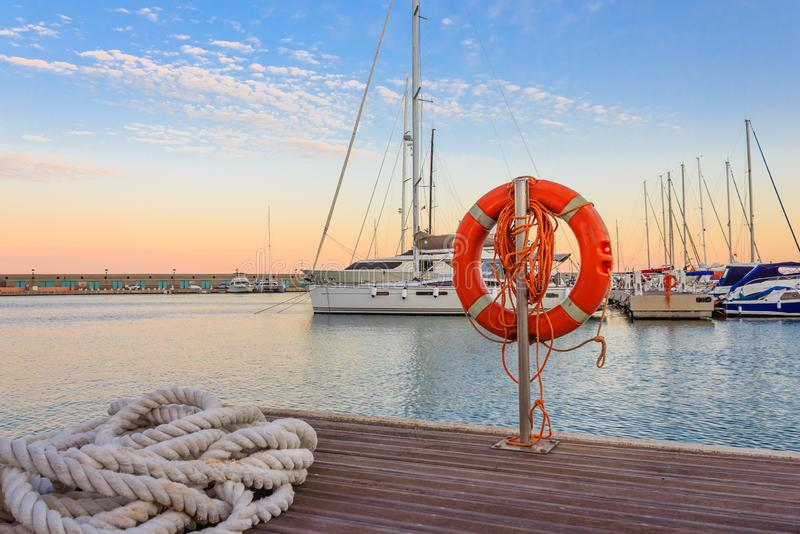 Kajen av en marina på solnedgången royaltyfria bilder