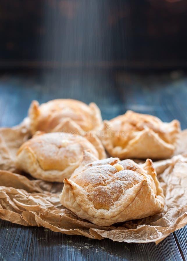 Kaka av smördeg och choux bakelse, eclairs med vaniljsås arkivbild