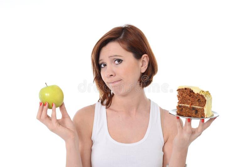 Kaka eller Apple för skräp för attraktiv kvinnaefterrätt prima royaltyfri fotografi