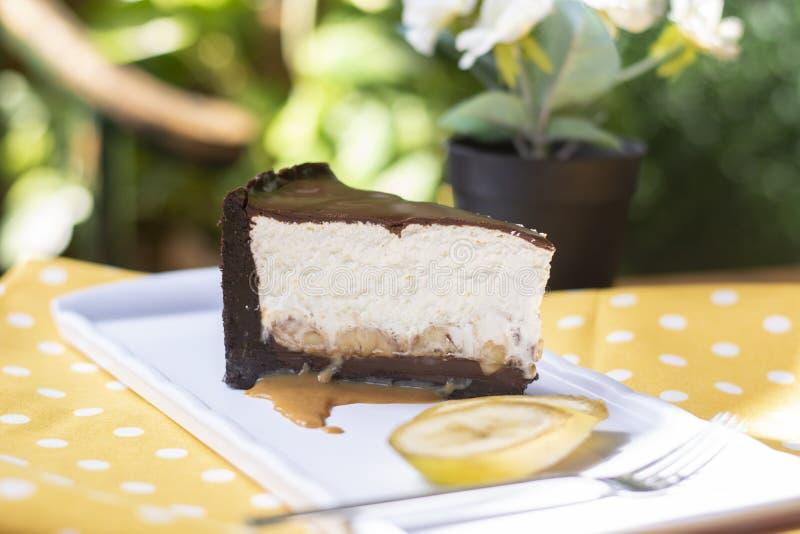 Kaka för banansplittring med karamellsås- och bananstycken royaltyfri bild