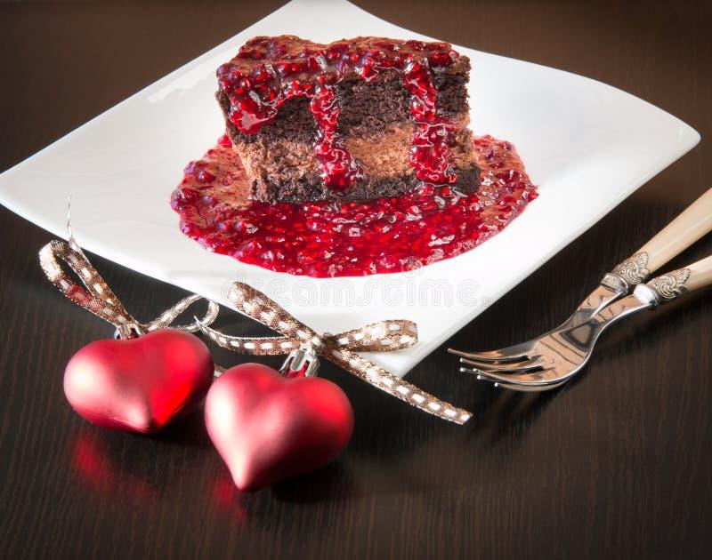 Kaka för chokladganachemousse med hallonsås royaltyfri foto