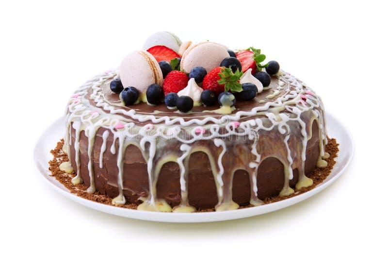Kaka för fruktchokladfödelsedag som isoleras på vit bakgrund arkivfoto