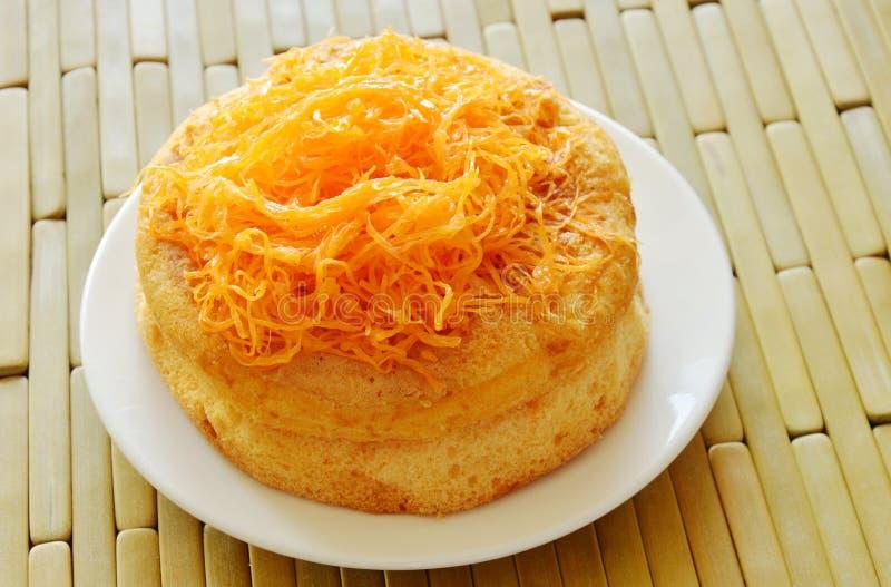Kaka för guld- trådar för ägg på maträtt fotografering för bildbyråer