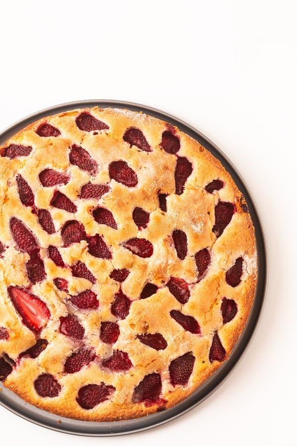 Kaka för jordgubbe för vanilj för matbegrepp hemlagad buttery på vit bakgrund med kopieringsapsce royaltyfri foto