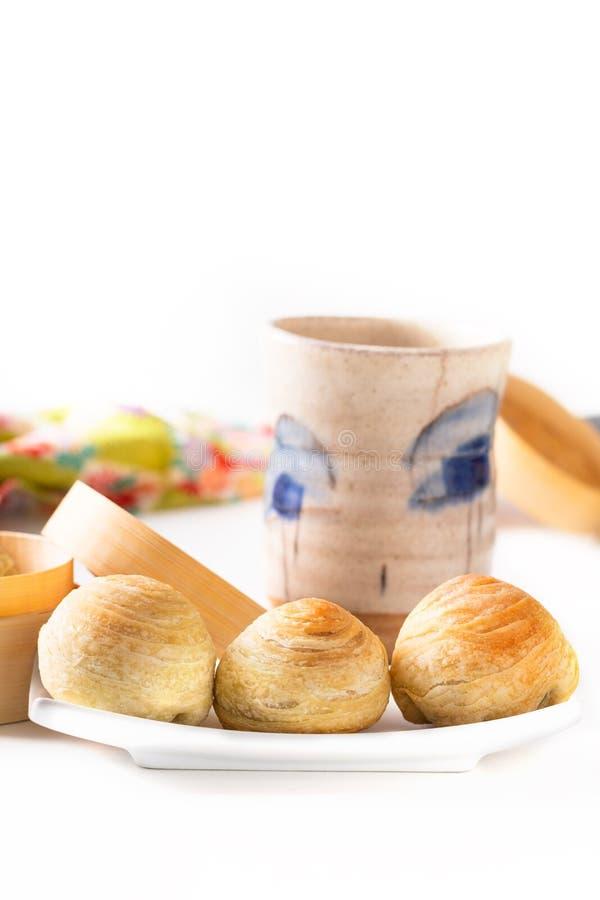 Kaka för måne för flagig bakelse för orientalisk hemlagad organisk Huaiyang för matbegrepp spiral kinesisk på vit bakgrund med ko royaltyfri bild