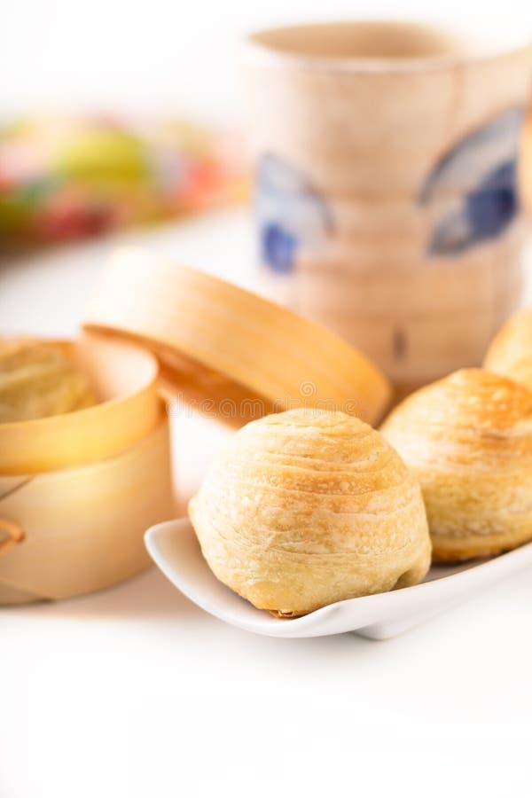 Kaka för måne för flagig bakelse för orientalisk hemlagad organisk Huaiyang för matbegrepp spiral kinesisk på vit bakgrund med ko arkivbild