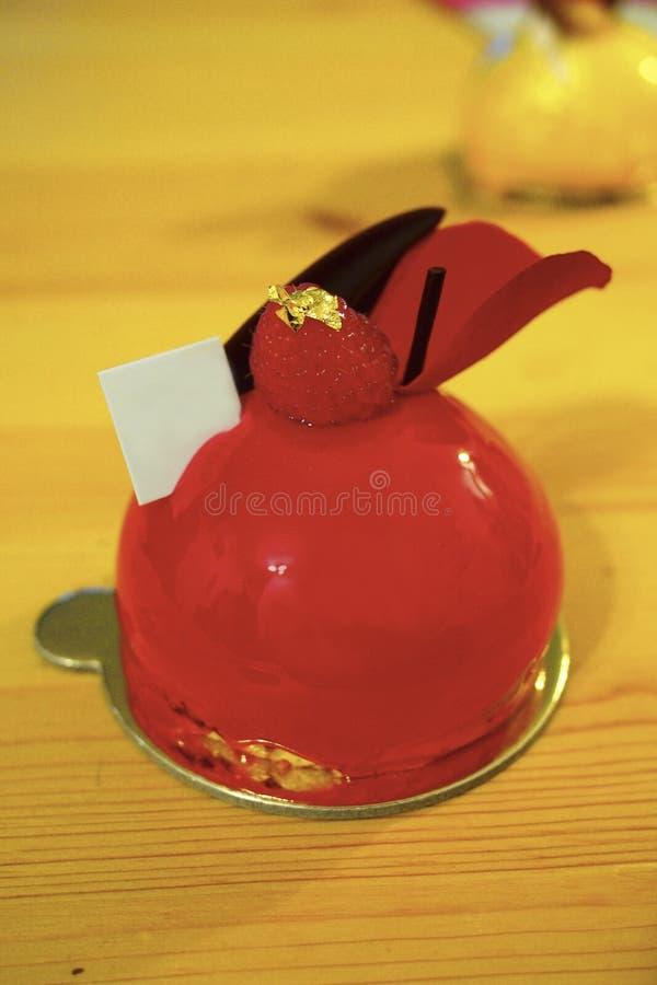 Kaka för mousse för ljus röd spegelglasyr mini- arkivbilder