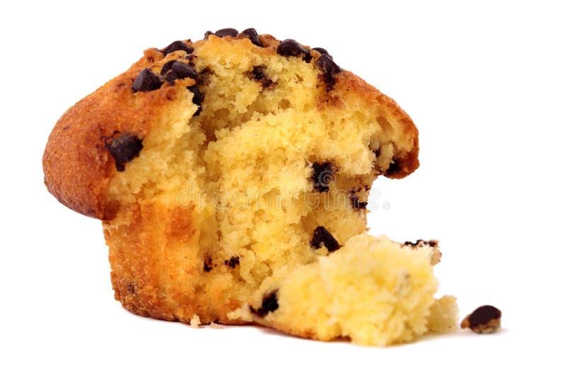 Kaka för muffin för chokladchip som bitas med smulor på vit fotografering för bildbyråer
