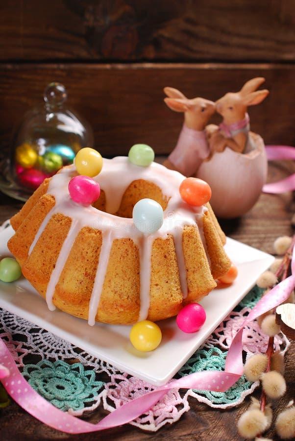 Kaka för påskmandelcirkel på trätabellen royaltyfri foto