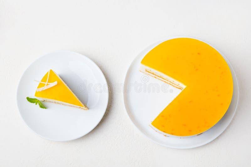 Kaka för passionfrukt, mousseefterrätt på en vit platta Top beskådar royaltyfria bilder