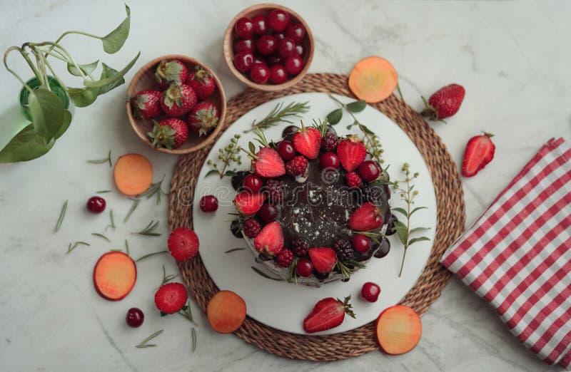 Kaka för söt choklad med körsbäret och jordgubben fotografering för bildbyråer