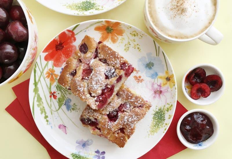 Kaka för söt körsbär, körsbärsrött driftstopp, cappuccino och nya körsbär Top beskådar arkivfoton
