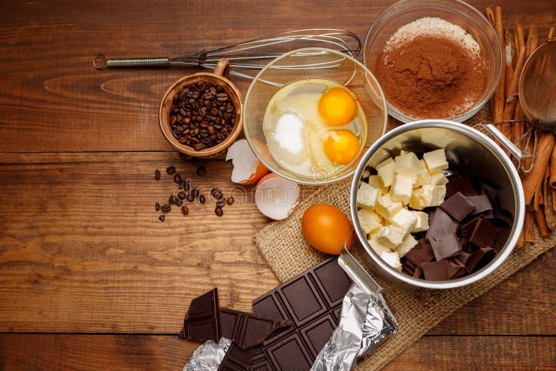 Kaka för stekhet choklad i lantligt eller lantligt kök fotografering för bildbyråer